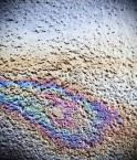 Déversement de pétrole sur la route asphaltée