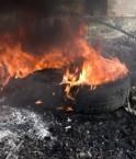 Bruler les pneus permet de s'en débarasser, mais dégage une fumée très toxique. Le recyclage est la seule solution sans risque pour la santé et l'environnement.
