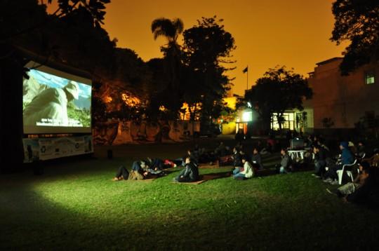 Cinéma écologique en plein air à Lima.