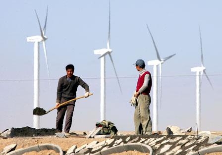 Ouvriers chinois sur un champ d'éoliennes.