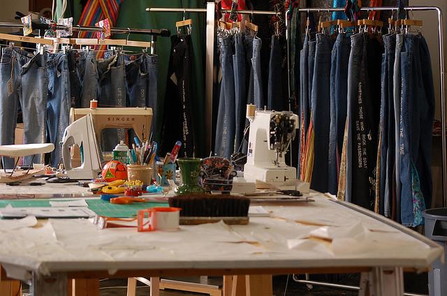 Esclaves du pr t porter les dessous de la mode - Atelier de confection textile ...