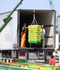 Le palangrier-fileyeur « L' Espoir » en courte escale au port de pêche de Chef de Baie. « L' Espoir » est venu débarquer sa pêche qui est chargée dans un camion semi-remorque frigorifique. (crédit JP Bazard)