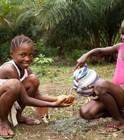© UNICEF Sierra Leone/2012 De nouvelles techniques pour se laver les mains après avoir déféqué.