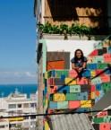 Cristiane affiche la façade colorée de l'auberge Photos: UPP sociaux
