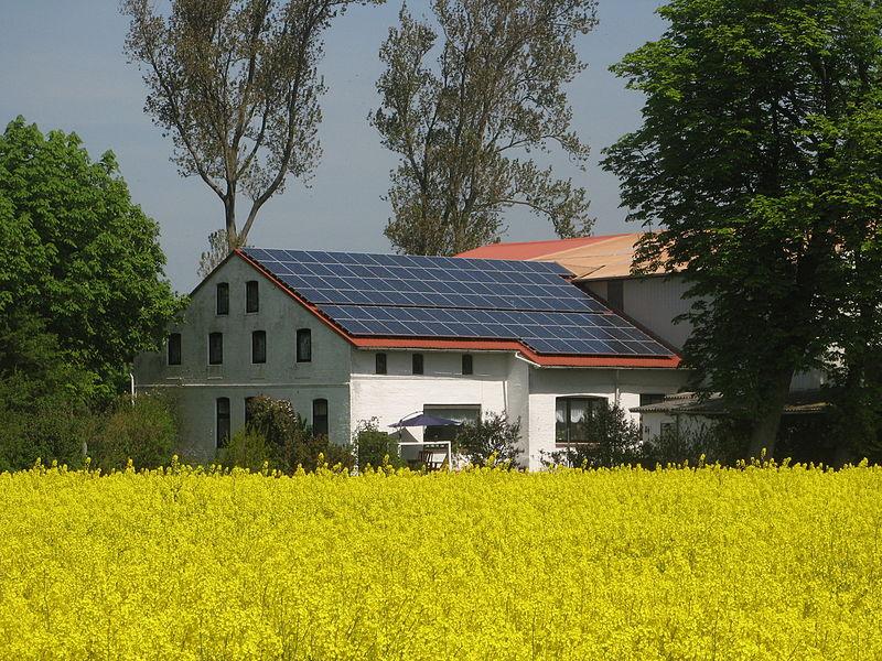 une le enti rement quip e de panneaux solaires. Black Bedroom Furniture Sets. Home Design Ideas