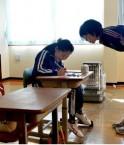 La seule élève de l'école élémentaire (6° année) de Kaidomari à Iwaki et son professeur. L'école fermera lorsqu'elle aura son diplôme. (cliché Satoru Ogawa – Asahi)