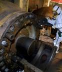 Un-ouvrier-procede-demantelement-turbo-soufflante-17-mars-2006-dans-enceinte-reacteur-centrale-nucleaire-desaffectee-Brennilis_0_1400_936