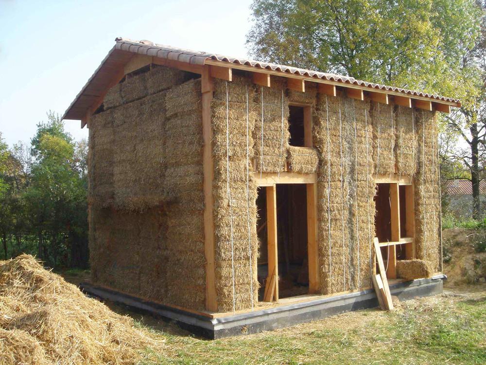 Habitat insolite une maison passive en paille for Construire maison pas cher design