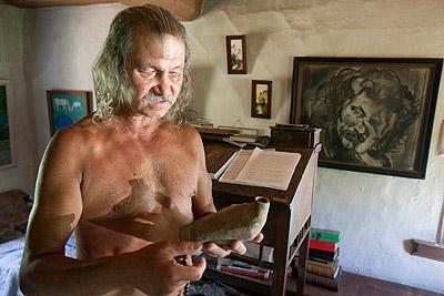 """L'intérieur de la maison du """"Robinson"""" ukrainien."""