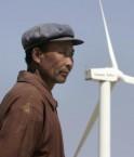 Un homme et une éolienne dans la province de Gansu. © Jason Lee (Reuters)