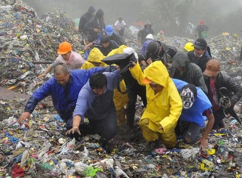Une victime extirpée des déchets.